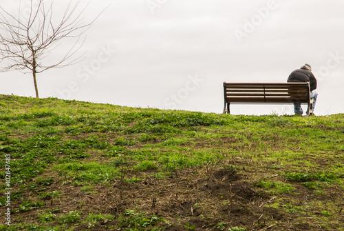 Uomo da solo su una panchina nel parco Poster