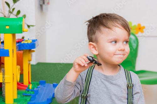 kind spielt fröhlich mit autos