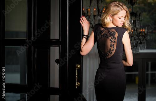 Poster Frau im schwarzen Kleid Blick über die Schulter