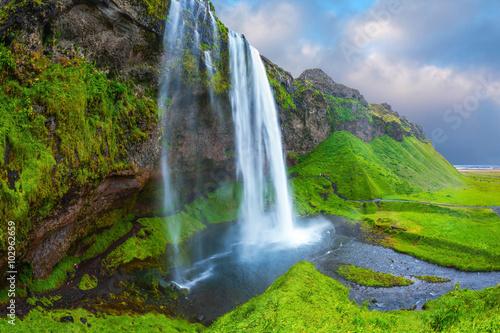 Woda przepływa przez szybki strumień
