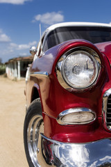 Kuba, Trinidad: Frontansicht eines roten US-Amerikanischen Oldtimers mit silbernem Chrom, Grill, Spiegel, Frontleuchte, Stroßstange, Blicker - Detail  © Rolf G. Wackenberg