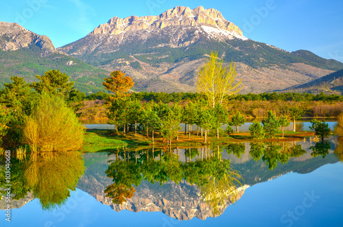 göl manzarası ve yansıma güzelliği Poster