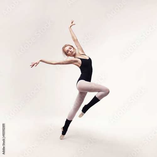 Ballerina in black outfit posing on toes Plakát