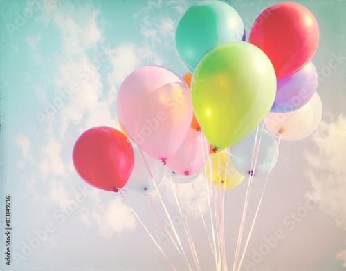 Rocznika pastel stubarwni balony szczęśliwy przyjęcie urodzinowe.