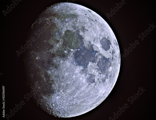 Moon (waxing gibbous) with its natural colors. La Luna  (gibbosa crescente) con i suoi colori naturali.