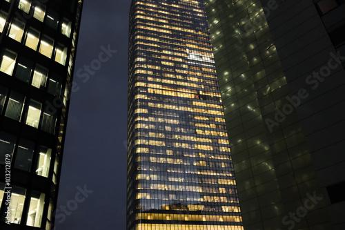 gratte ciel building immeuble bureau tour nuit lumière éclairage affaire business