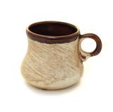 Коричневая керамическая чашка на белом фоне