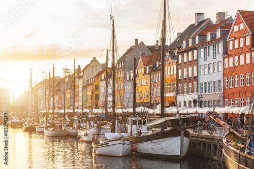 Póster Casas coloridas en el casco antiguo de Copenhague al atardecer