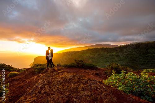 Poster Couple enjoying beautiful sunrise