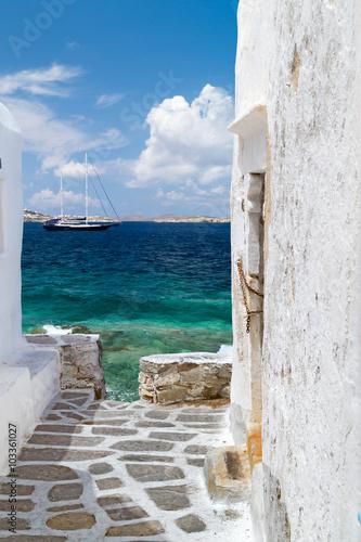 Traditional architecture of Oia village in Santorini island, Gre © Y. Papadimitriou