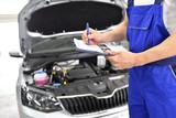 Fototapety Schecktheft - Wartungsdienst in einer Autowerkstatt // Maintenance Services in an car repair shop