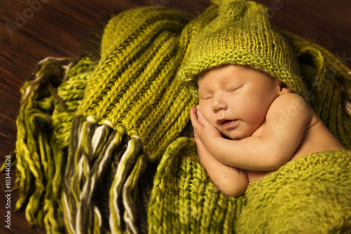 mata magnetyczna Newborn Baby Sleeping, New Born Kid Sleep in Green Woolen blanket