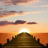 Sonnenuntergang über dem Meer, mit Holzsteg. Romantische Abends