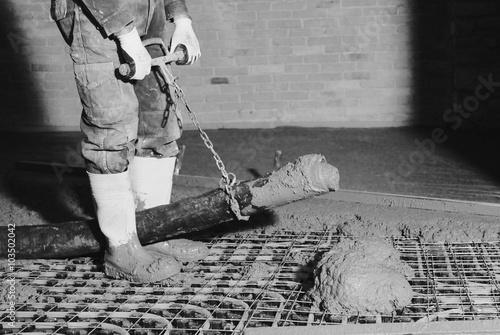Poster Gettata di cemento su impianto di riscaldamento  a pavimento