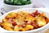 Überbackene Tortellini in Tomatensauce mit Salat