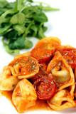 Tortellini in Tomaten-Sahne-Sauce mit Salat