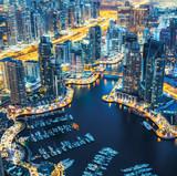 Dubai Marina skyline w nocy z architekturą lluminated. Zjednoczone Emiraty Arabskie.