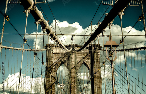Brooklyn Bridge, Manhattan New York. Urban living concept © merrvas