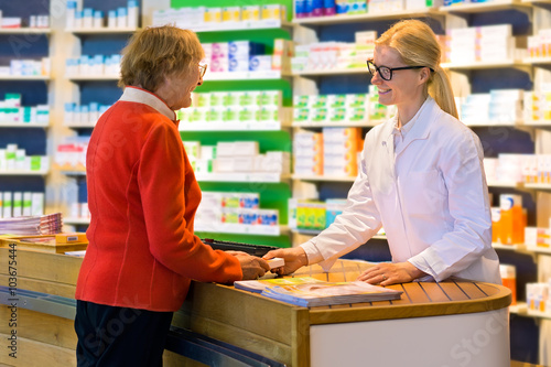 Foto op Aluminium Apotheek Customer receiving medication from pharmacist.