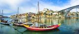 Panorama pięknego Porto z tradycyjnymi łodziami. Portugalia