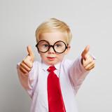 Fototapety Junge mit Brille hält Daumen hoch