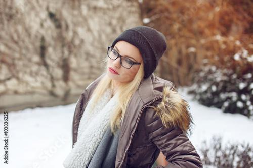 Obraz na plátně Portrét módní bederní mladé ženy v zimě