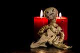 eine Voodoopuppe mit Kerzen