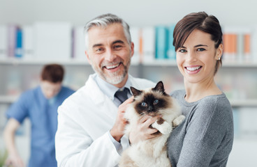 A woman with her cat at the veterinary clinic © stokkete