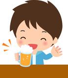 笑顔でビールを飲む若い男性