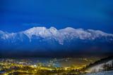 Panorama góry nocą światła miasta