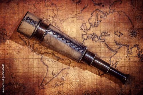antykwarska-retro-rocznik-pistolet-na-antycznej-swiatowej-mapie