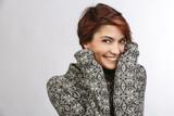 Ritratto di donna che si riscalda con un maglione di lana