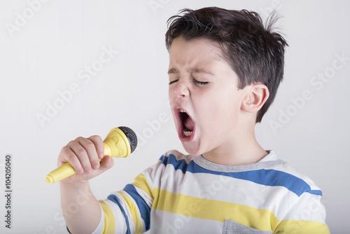 Fototapeta niño cantando con un micrófono