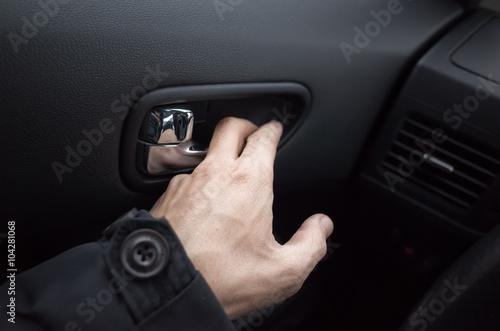 Męska ręka otwiera drzwi samochodu z wewnętrznym uchwytem