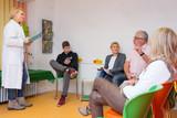 patienten lassen sich im wartezimmer aufrufen - 104369054