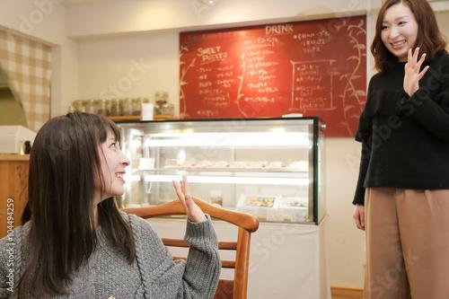 カフェで待ち合わせをしている2人の女性 Poster