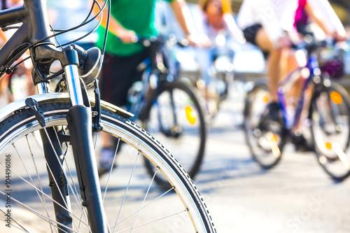 Poster Détail de roue de bicyclette avec le cycliste flou
