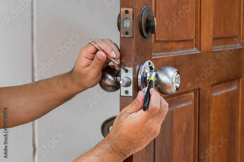 Poster locksmith have to fix silver knob