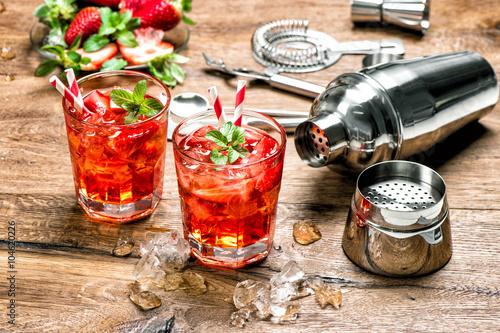 Plakát Červený nápoj s ledem. barové nástroje Cocktail making