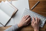 ノートに書く人の手