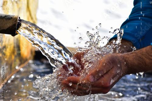 picie wody z fontanny