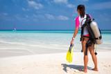Taucherin am Strand schaut auf den Ozean - 104685868
