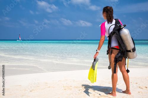 obraz lub plakat Taucherin am Strand schaut auf den Ozean