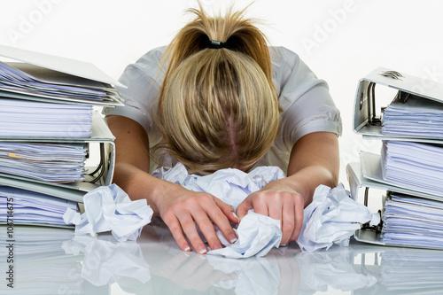Frau im Büro mit Burnout - 104714675