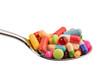 Viele Tabletten auf Löffel