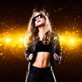 junge Tänzerin mit Lederjacke vor Lichterhintergrund