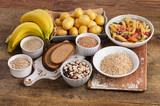 potraviny s vysokým obsahem sacharidů na dřevěném pozadí