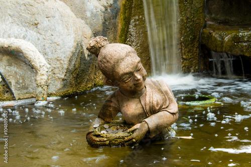 Pierre statue femme nager dans la piscine. Poster