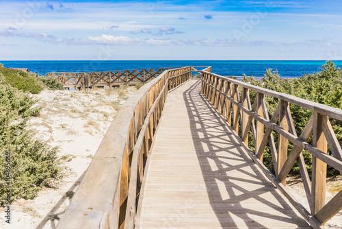 drewniany-chodnik-na-plaze-platja-de-muro-alcudia-mallorca