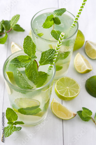 Summer drink. Fresh mojito with lime and mint. Blue background Billede på lærred